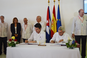 El ministro de Industria español, José Manuel Soria (izq.), firmó dos acuerdos con el Gobierno cubano.