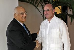 Luis de Guindos (dcha.) con el vicepresidente de Cuba, Ricardo Cabrisas.
