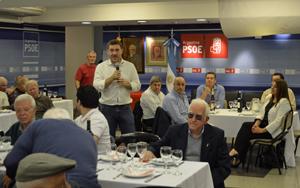 Jiménez se dirige a los afiliados y simpatizantes del PSOE que asistieron a la celebración de la Fiesta de la Rosa en la sede del PSOE en Buenos Aires.