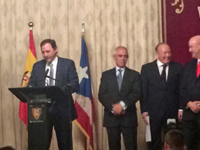 En segunda fila Aurelio Miras Portugal, Enrique Fierres y Ramón Gil-Casares en un momento del acto.