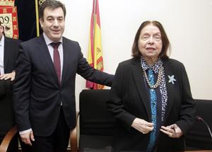 Román Rodríguez en la reciente entrega del Premio de Relato Breve Nélida Piñón, con la escritora, de la que elogió su compromiso con la cultura gallega.