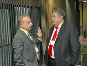 Uno de los representantes en el CGCEE por Venezuela, el canario Javier Rolo (izq.), charlando con el viceconsejero Pedro Rodríguez.