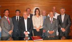 Silvia Cosaño Nuño (centro) junto al Consejo Directivo del Hospital Español de La Plata.