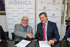 El presidente de Aegaca, Julio Fernández, y el director de Banca Institucional de Abanca, Santiago Novoa, firmaron el convenio.