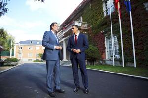 El presidente del Gobierno, Mariano Rajoy, se reunió en La Moncloa con el líder del PSOE, Pedro Sánchez, para analizar el desafío soberanista y los pasos para afrontarlo.