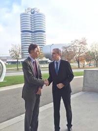 Francisco Conde saluda a un directivo de BMW, frente a la sede de la empresa.
