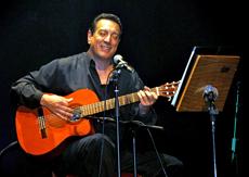 El cantautor Walter Cesar en plena actuación.