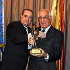 Ceferino Rodríguez, derecha, recibió en 2011 el galardón 'El Quijote' que otorga el Club Español.