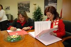 Juana María Sánchez y Pilar Pin en el acto de firma del convenio de colaboración.