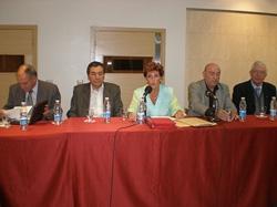 María Teresa Michelón con los demás miembros del CRE en la reunión celebrada en el Centro Galicia.