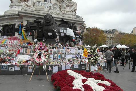 Flores en recuerdo a los fallecidos en París por los atentados.