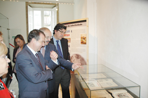 Abel Caballero, Ramón Villares e Ignacio López-Chaves contemplan algunos ejemplares que se acompañan con paneles explicativos.