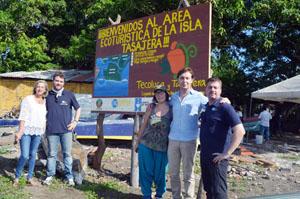 Gamallo (centro) en una de las visitas en El Salvador.