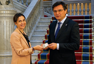 La consejera de Hacienda y Sector Público, Dolores Carcedo, entrega al presidente de la Junta General del Principado, Pedro Sanjurjo, el Proyecto de Ley de Presupuestos Generales de Asturias para 2016.