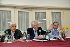 En el centro el presidente del Hogar, Ángel Domínguez, junto a directivos que presidieron la asamblea.