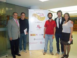 Reyes, primera por la derecha, junto al presidente de la Federación, Pedro Bello,y participantes ganadores del concurso.