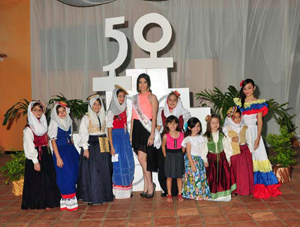 Niñas con trajes típicos, acompañada por la madrina del 50 aniversario María Laura Alí Yánez.