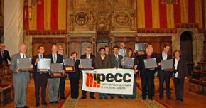 Los premiados, las autoridades y miembros del Ipecc en el Saló de Cent del Ayuntamiento de Barcelona.