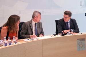 El presidente de la Xunta de Galicia, Alberto Núñez Feijóo, departe con el vicepresidente Alfonso Rueda al inicio de la reunión del Ejecutivo autonómico en la que se aprobó el decreto de Acción Exterior.