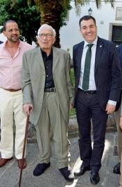 Xosé Neira Vilas, centro, presentó el pasado mes de julio su último libro, 'Semente galega en América', un catálogo de gallegos y gallegas que dejaron su semilla creadora e innovadora más allá del Atlántico.