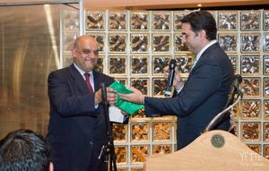 El consejero de Turismo y Deporte, derecha, entregó una bandera de Andalucía al presidente de la Agrupación de Rosario.