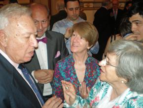 José Manuel García-Margallo charlando con algunos de los asistentes.