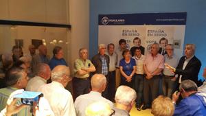 López Dobarro, derecha, se dirige a los asistentes al acto de inicio de campaña del PP en Buenos Aires.