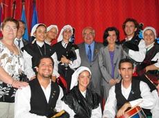 En el centro Vicente Álvarez Areces y Mª Jesús Álvarez González y Teresa Ordiz y Manuel Fernández de la Cera, a la izquierda, con los integrantes de la Banda de Gaitas de la FAAC.