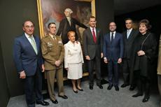 El Rey junto a las autoridades presentes en el acto, entre las que se encontraba Mirentxu de Haya Gálvez (de blanco), propietaria del cuadro de Bernardo de Gálvez.