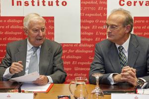 García de la Concha y el director general de Aenor, Avelino Brito, en la firma del convenio marco en la sede del Instituto Cervantes.