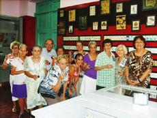 Los jugadores de brisca de Hijos del Distrito de Sarria en el Museo de Naipes.