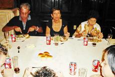 En el centro la presidenta de 'Hijos del Partido Judicial de Llanes', Nancy Muñiz.