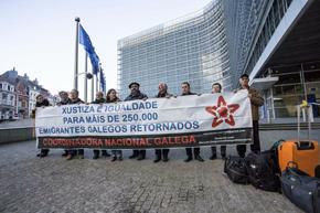 Los representantes de las plataformas de emigrantes retornados de Galicia ante la sede de la Comisión Europea en Bruselas.