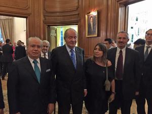 El Rey Juan Carlos junto a algunos de los directivos de las instituciones de la colectividad que asistieron a la recepción celebrada en la residencia del embajador De Grandes Pascual.