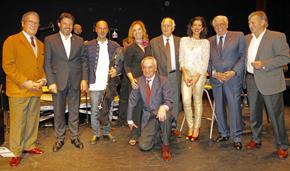 Rodríguez Miranda, segundo por la izquierda, con directivos de las entidades gallegas en Madrid y artistas que actuaron en el 'IV Nadal Galego'.
