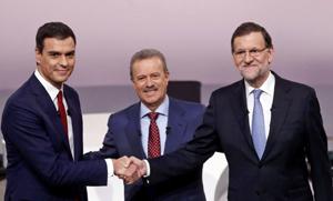 Pedro Sánchez, el periodista Manuel Campo Vidal, que actuó de moderador, y Mariano Rajoy.