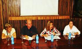 Laura López, segunda por la derecha, en un momento de la charla.
