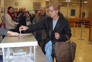 Una ciudadana española depositando el sobre de votación en la urna del Consulado de París la mañana del miércoles 16 de diciembre.