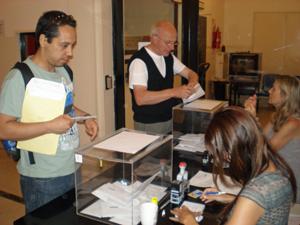 Ciudadanos españoles de todas las edades acudieron al Consulado de Buenos Aires.