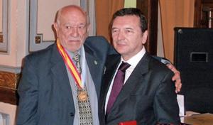 El presidente de la Federación entregó la Medalla de la Hispanidad a Jorge Aurelio Alonso.