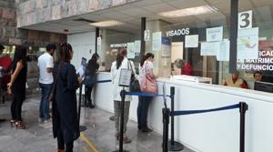 Cola para votar en el Consulado de México.