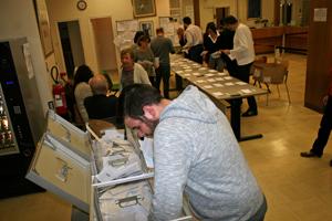 Recuento de los sobres de votación en el Consulado de París.