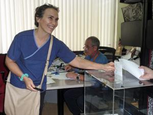 Esta votante alegre porque logró votar en el último minuto antes del cierre del proceso electoral.