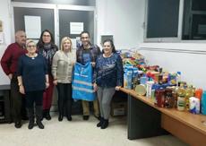 Miembros de ASER junto a parte de los alimentos donados.