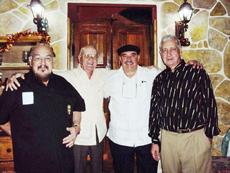 Reynaldo Rojas, segundo por la derecha, junto a los principales directivos de Casa Cantabria.