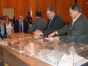 Escrutinio del voto emigrante en la Junta Electoral Provincial de A Coruña el pasado 23 de diciembre.