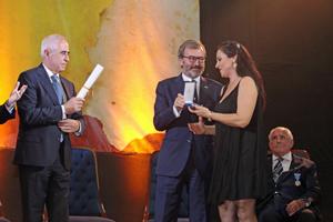 Blanca Hernando recibe la Medalla de manos del cónsul general de España, Ricardo Martínez, y el Diploma del director general de Migraciones, AurelioMiras.