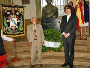 Darío Rivas y Carlos Rodríguez Brandeiro depositaron la ofrenda floral al pie del busto de Castelao ubicado en el hall de entrada del Centro Gallego.