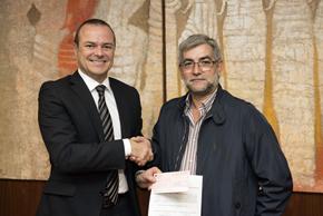 El alcalde Las Palmas, Augusto Hidalgo, le entregó el cheque al vicepresidente de la Casa de Galicia, Albino Aneiros.