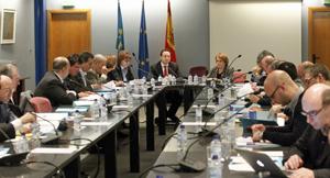 El consejero Guillermo Martínez y a su izquierda la presidenta del Consejo de Comunidades Asturianas, Paz Fernández Felgueroso, durante la reunión celebrada en Oviedo.
